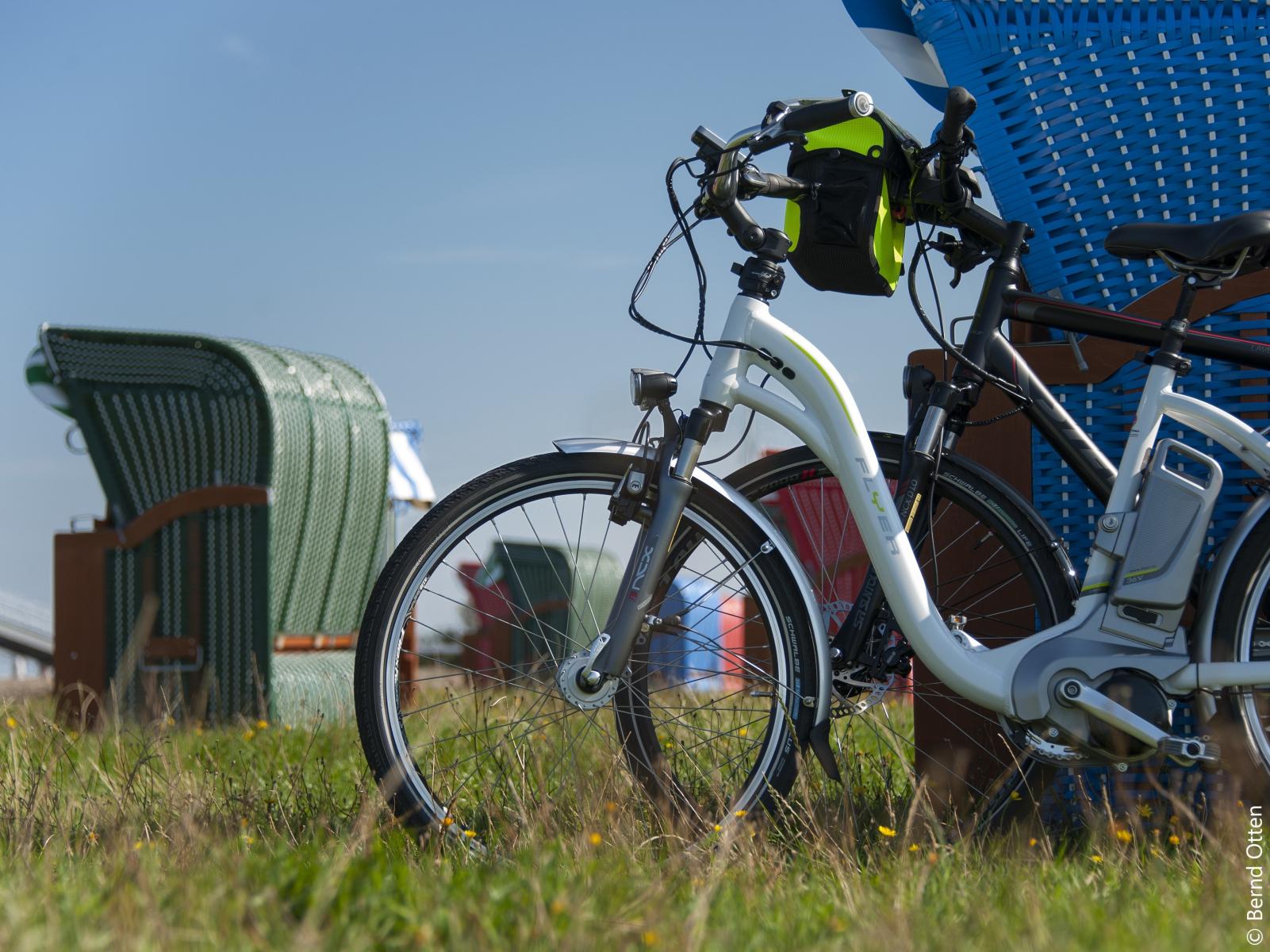 Fahrräder an den Strandkörben im Cuxland